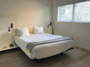 A bed or beds in a room at Beach Haus Key Biscayne Contemporary Apartments
