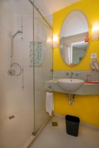 A bathroom at HARRIS Hotel & Convention Festival Citylink Bandung