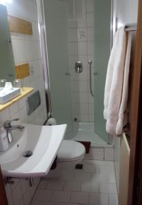 A bathroom at Pension Chapeau-Claque