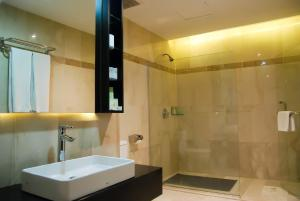 A bathroom at Pacific Palace Hotel