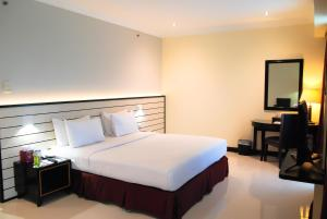 A bed or beds in a room at Pacific Palace Hotel