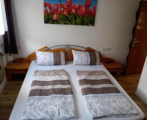 A bed or beds in a room at Pension Chapeau-Claque