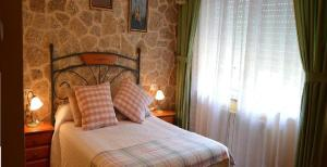A bed or beds in a room at Casa Jesús Turismo Rural