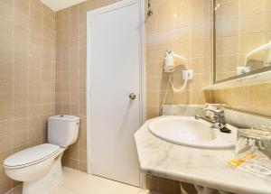 Een badkamer bij Globales Binimar