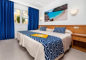 Een bed of bedden in een kamer bij Globales Binimar