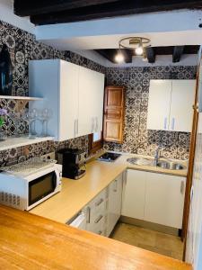 Una cocina o zona de cocina en Charming Apartments De Gomerez