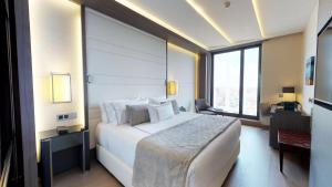 A bed or beds in a room at VP Plaza España Design