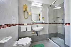 A bathroom at Santa Caterina Hotel & Bike