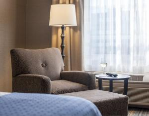 A seating area at Holiday Inn Hartford Downtown Area, an IHG Hotel