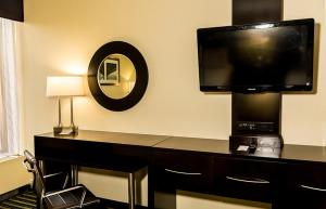 A television and/or entertainment center at Holiday Inn Express Worcester, an IHG Hotel