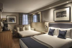 A bed or beds in a room at Holiday Inn - Glasgow - City Ctr Theatreland, an IHG Hotel
