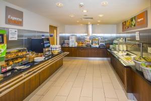 A restaurant or other place to eat at Holiday Inn Express Edinburgh – Royal Mile, an IHG Hotel