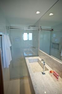 A bathroom at Monte Pascoal Praia Hotel Salvador