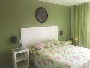 A bed or beds in a room at Apto dentro de Resort com vista para o mar
