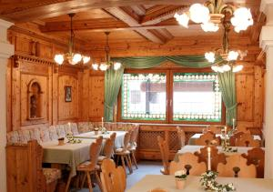 A restaurant or other place to eat at Gästehaus Cordula