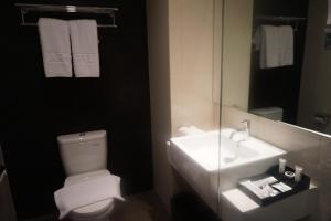 A bathroom at Artotel Thamrin - Jakarta
