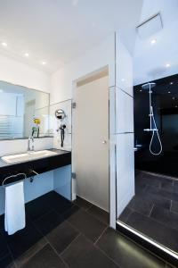 A bathroom at Strandhotel Fischland