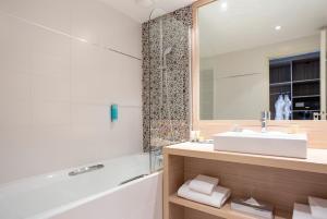 A bathroom at Golden Tulip Aix les Bains - Hotel & Spa