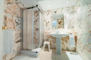 Un baño de Hollywood Mirage - Excel Hotels & Resorts