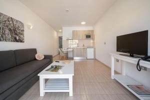 Een zitgedeelte bij Apartamentos Santa Rosa