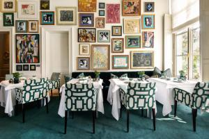 A restaurant or other place to eat at Hotel Van Cleef