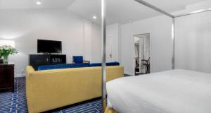 A bed or beds in a room at Best Western Plus Palm Court Hotel