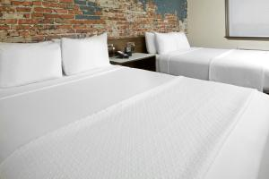 A bed or beds in a room at The Lodge at Duke Medical Center