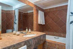 Uma casa de banho em Pedras del Rei, Nature and Beach Apartment