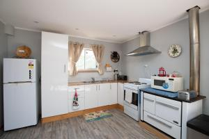 A kitchen or kitchenette at A Lismar Lodge Cottage