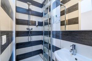 A bathroom at Comfort Hotel Rouen Alba