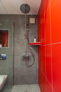 A bathroom at La Tour Hotel-Restaurant