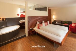 A bed or beds in a room at Hotel Hirschen - Grindelwald