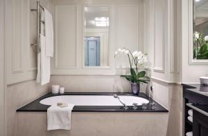 A bathroom at Breidenbacher Hof