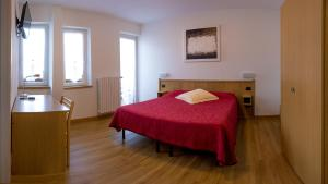 A bed or beds in a room at Hotel Ristorante Miravalle