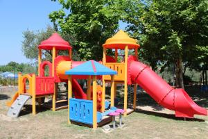 Ein Kinderspielbereich in der Unterkunft Camping Cisano - San Vito