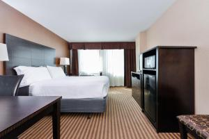 A bed or beds in a room at Holiday Inn Charlotte Center City, an IHG Hotel