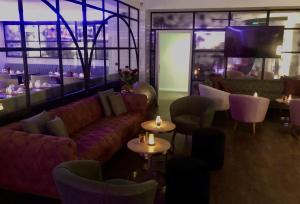 The lounge or bar area at Hotel Ramor Garni