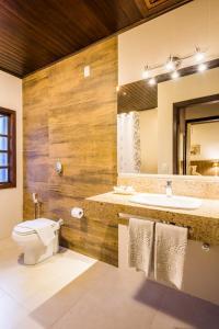 A bathroom at Vila Suzana Parque Hotel