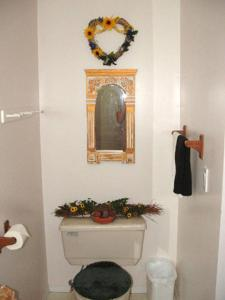 A bathroom at Baileys by the Creek Bed & Breakfast