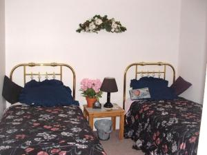 A bed or beds in a room at Baileys by the Creek Bed & Breakfast