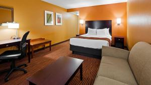 A bed or beds in a room at Best Western Executive Hotel New Haven-West Haven