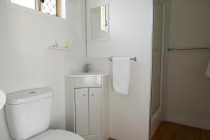 A bathroom at Crows Nest Tourist Park