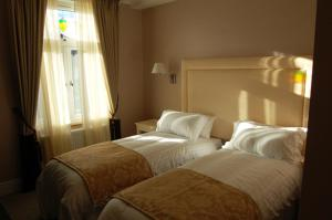 A bed or beds in a room at Devonshire Hotel