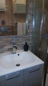A bathroom at Lovely apartment in Marina Baie des Anges- Baronnet - Sew view, free parking spaces on site, restaurants, beach, supermarket