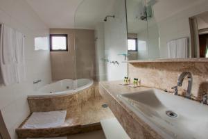 A bathroom at Santa Catarina Plaza Hotel