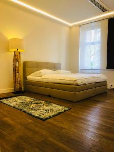 A bed or beds in a room at Jasper's Boutique Hotel
