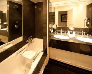 Een badkamer bij The Pand Hotel - Small Luxury Hotels of the World