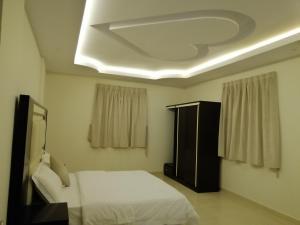 Cama ou camas em um quarto em Fakhamat Al Orjoana & Suites