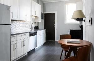 A kitchen or kitchenette at Spacious CWE 3BR near BJC by Zencity