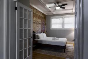 A bed or beds in a room at Spacious CWE 3BR near BJC by Zencity